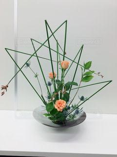 テーブルの上に座っての花で一杯の花瓶の写真・画像素材[1269423]