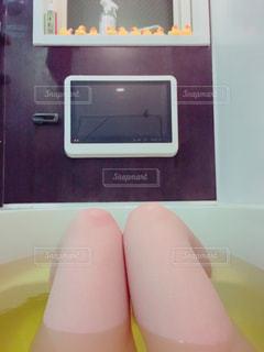入浴中の脚だけの自撮りの写真・画像素材[770157]