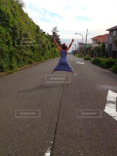 歩道に凧の飛行男の写真・画像素材[770358]