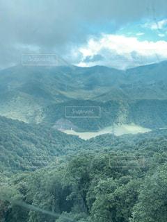 背景にある大きな山の眺めの写真・画像素材[2371873]