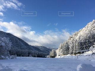 雪に覆われた山の写真・画像素材[955256]