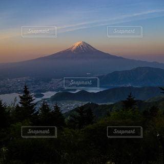 背景の大きな山のビューの写真・画像素材[770749]