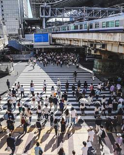 橋の上を歩く人々 のグループの写真・画像素材[770751]