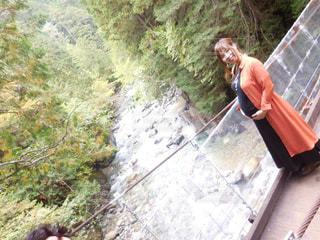 背景の橋と人の写真・画像素材[801657]