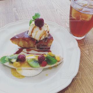 テーブルの上に食べ物のプレートの写真・画像素材[771297]