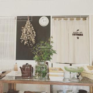 部屋の家具やキッチンのカウンター上の花瓶でいっぱいの写真・画像素材[771302]