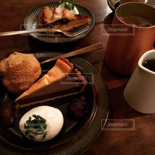 食品とコーヒーのカップのプレートの写真・画像素材[771359]