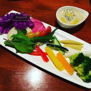 テーブルの上に食べ物のプレートの写真・画像素材[771364]