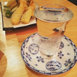 テーブルの上のコーヒー カップの写真・画像素材[775664]