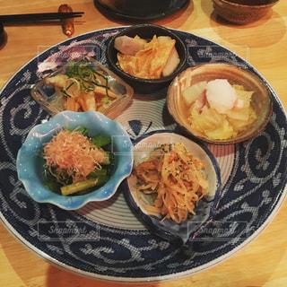 テーブルの上に食べ物のプレートの写真・画像素材[775665]