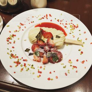 テーブルの上に食べ物のプレート - No.775666