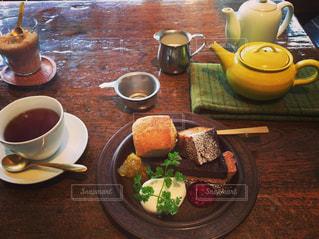 食品やコーヒー テーブルの上のカップのプレートの写真・画像素材[775669]
