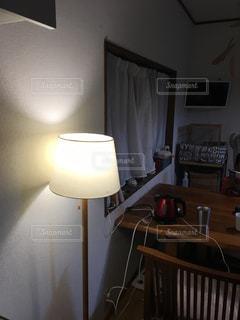 ベッドと小さな部屋で机付きのベッドルームの写真・画像素材[771329]