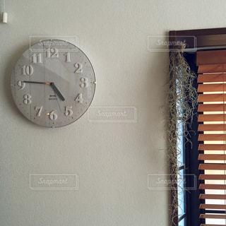 建物の側面からぶら下がっている時計の写真・画像素材[771332]