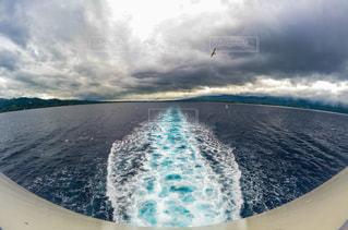 曇りの日に波に乗って男の写真・画像素材[1457511]