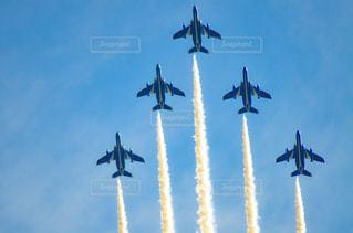 空を飛んでいるジェット戦闘機のグループの写真・画像素材[1457547]