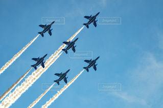 空を飛んでいるジェット戦闘機のグループの写真・画像素材[1457548]