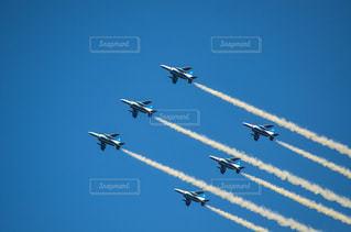 空を飛んでいるジェット戦闘機のグループの写真・画像素材[1457549]