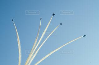 青い空を飛んでいるジェット戦闘機のグループの写真・画像素材[1457550]
