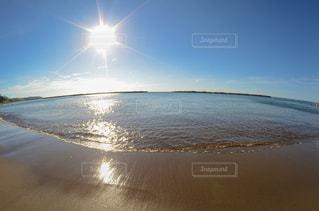 水の体の横にある砂浜のビーチの写真・画像素材[1457577]