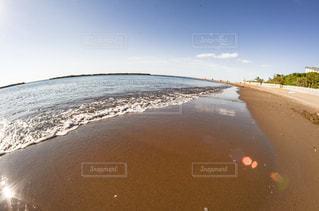 水の体の横にある砂浜のビーチの写真・画像素材[1457578]