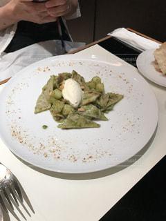 テーブルの上に食べ物のプレートの写真・画像素材[771708]