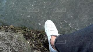 岩の上に立っている人の写真・画像素材[772299]