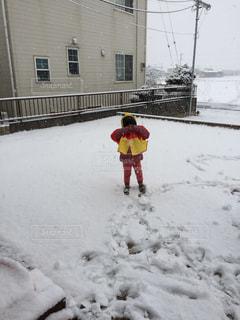 雪の中大はしゃぎの写真・画像素材[986808]