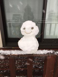 窓の前の雪だるまの写真・画像素材[986810]