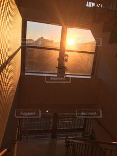 ウィンドウを通して輝く太陽の写真・画像素材[986829]