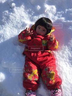 雪の中に寝転がるの写真・画像素材[1001236]