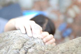 岩ん掴む手の写真・画像素材[780388]