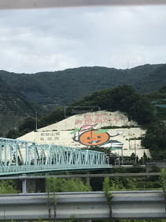 山の中腹に落書きがあるトラック鉄道の写真・画像素材[795491]