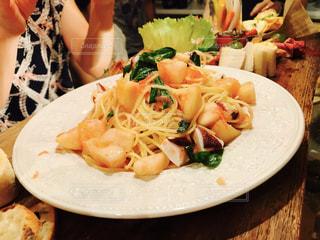 テーブルの上に食べ物のプレートの写真・画像素材[810178]