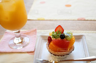 和菓子屋のフルーツタルトとパイナップルジュースの写真・画像素材[772492]