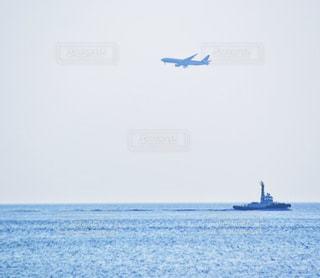 水の体のボートでカイトを飛行男の写真・画像素材[910948]