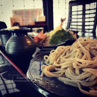 近くのテーブルの上に食べ物をの写真・画像素材[772974]