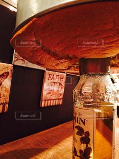 近くにテーブルの上の瓶のアップの写真・画像素材[773144]