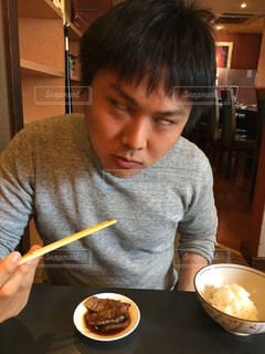 焼肉を食べて気絶する若い男 - No.773268