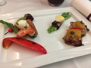 テーブルの上に食べ物のプレートの写真・画像素材[773553]
