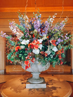 テーブルの上の花の花瓶の写真・画像素材[773366]