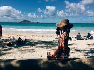 ビーチに座っている人々 のグループの写真・画像素材[773368]