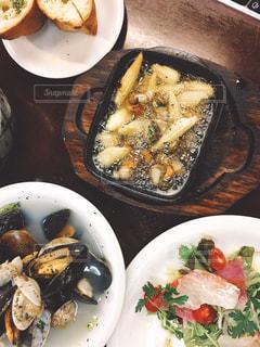 テーブルの上に食べ物のプレートの写真・画像素材[773378]