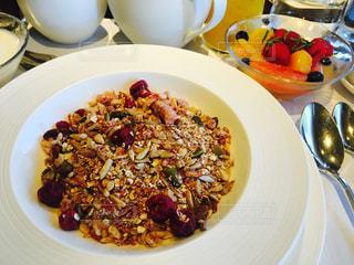 テーブルの上に食べ物の種類トッピング白プレートの写真・画像素材[773427]