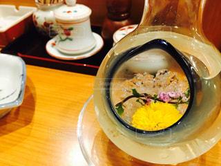 透明なガラス板にあるスープのボウルの写真・画像素材[773432]