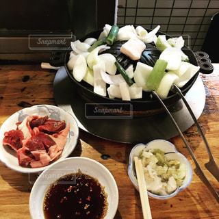 テーブルの上に食べ物のプレートの写真・画像素材[773515]