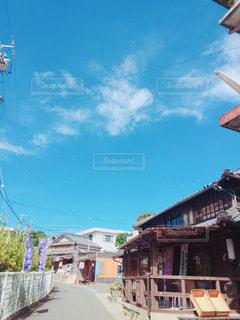 建物に凧の飛行の人々 のグループの写真・画像素材[781950]