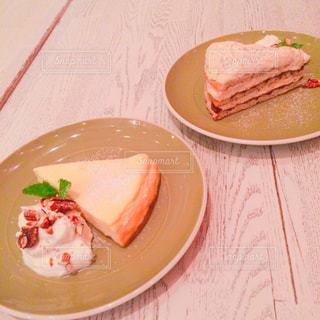 テーブルの上に食べ物のプレートの写真・画像素材[781968]