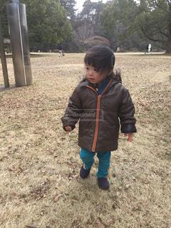 草の中に立っている小さな子供の写真・画像素材[1244943]