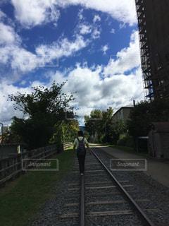 背景の木と、電車の中で電車のトラックします。の写真・画像素材[774266]